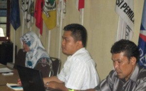 Anggota KPU Madina Divisi Sosialisasi, Data, dan Informasi, Mas Khairani (kiri) saat menyampaikan arahan terkait pencermatan Daftar Pemilih kepada PPK se-Madina didampingi Kasubbag Program dan Data KPU Madina, Syaiful Azhar dan Staf Program dan Data KPU Madina, Abdul Somad yang berlangsung di Aula KPU Madina, Selasa, (3/11). (foto.dok/along/KPU Madina).