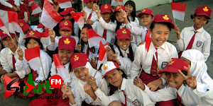 anak sd senang hati setelah selesai upacara pengibarab bendera merah putih ,memperingati 10 november 2015 hari pahlawan