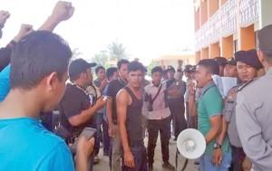 (Analisa/tohong p harahap) UNJUK RASA: Ketua Ampun Tabagsel Habibi saat berunjuk rasa di halaman kantor Bupati Paluta,