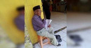 Kisah Haru Kakek Penjual Kertas Doa