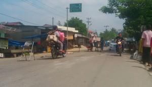 Warga Perbaiki Jalan Rusak Parah di Lintas Timur Madina