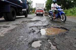 JIBI/SOLOPOS/Burhan Aris Nugraha JALAN RUSAK--Pengendara mobil dan motor melintasi jalan berlubang di Jalan Adisumarmo, Colomadu, Karanganyar, Kamis (8/3). Jalan yang menghubungkan Colomadu dan Kartasura, Sukoharjo tersebut kondisinya rusak dan banyak lubang yang membahayakan pengguna jalan.