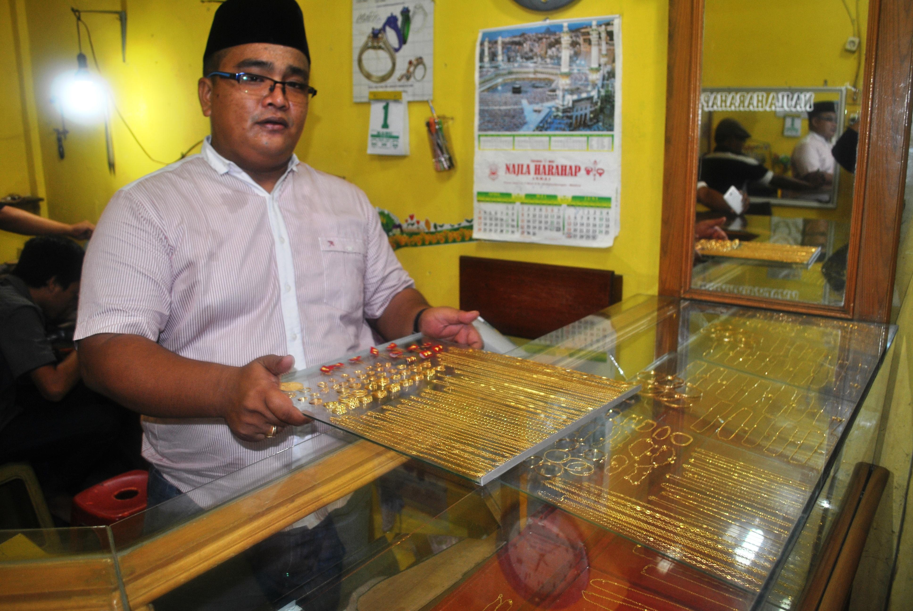 Salah satu penjual emas di pasar baru Panyabungan