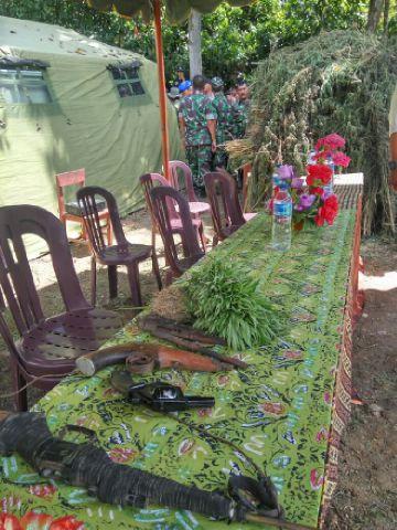 daun ganja yang berhasil di amankan TNI dari ladangnya dan sejumlah barang bukti lainnya saat di gelar sebelum di serahkan kepada Polisi.