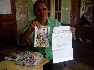 Teks Foto : Ahmad Nasyari saat menunjukkan kwitansi perjanjian dan kepinganan cakram mp3 yang dipublikasikan