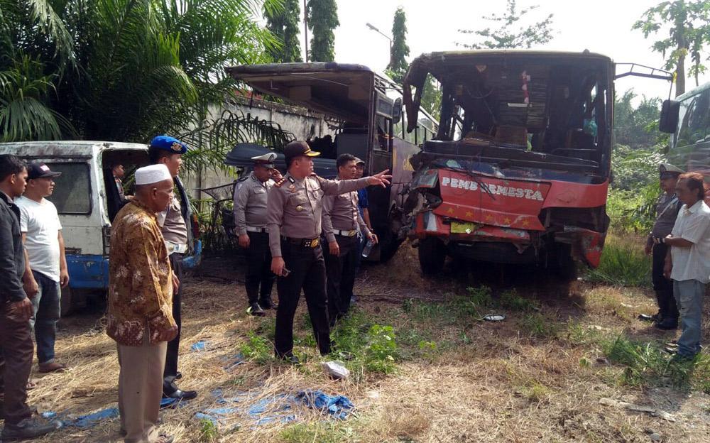Kapolres ketika meninjau kondisi bus usai insiden tabrakan beruntun yang menyebabkan 7 korban tewas di Desa Perlabean Kabupaten Labusel.