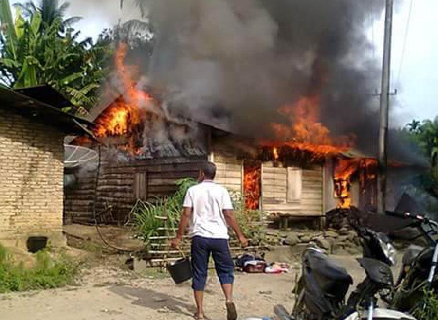 Api membumbung tinggi di dua unit rumah di Desa Sungai Datar, Kecamatan Dolok, Selasa (16/8) lalu.