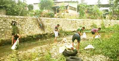 Aktivis-kelompok-pecinta-alam-Madina-sedang-membersihkan-Sungai-Aek-Mata