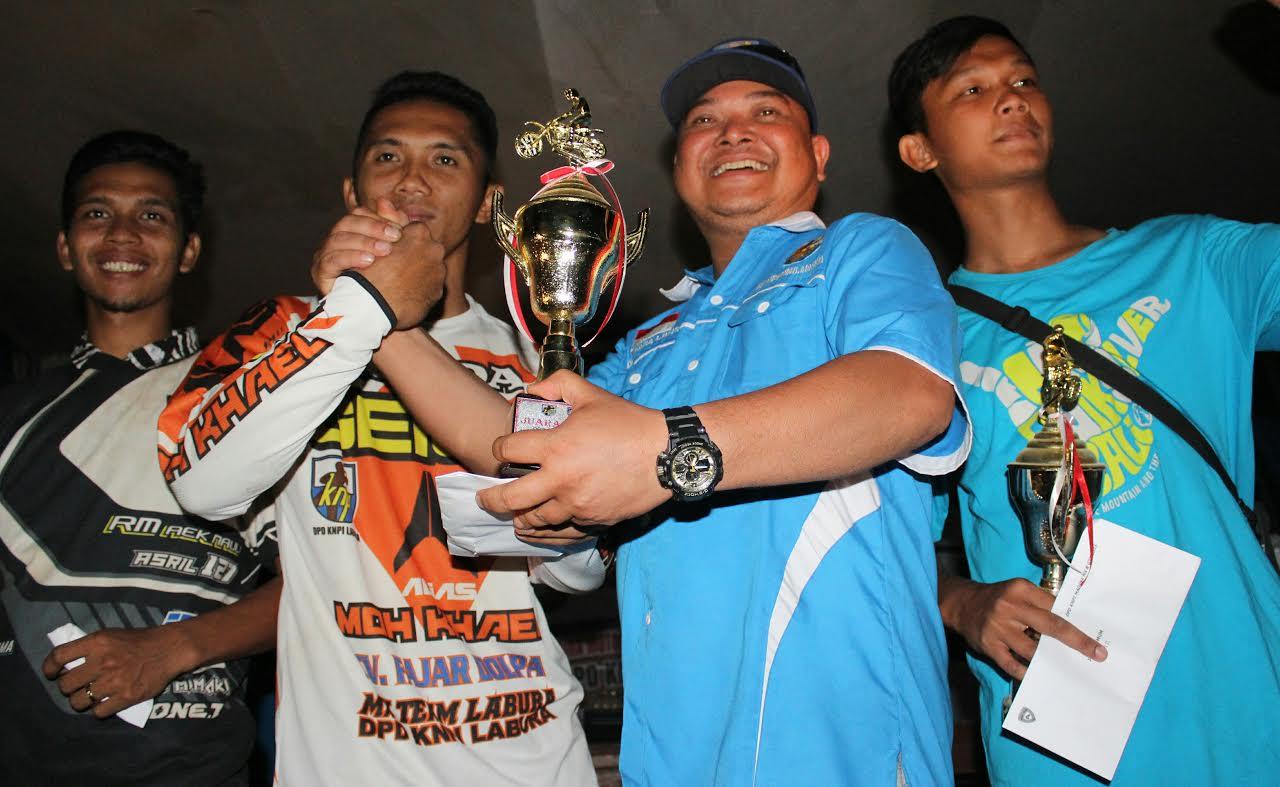 Ket Photo : Ketua KNPI Madina serahkan tropi kepada juara I Umum Open. Dan photo bersama.