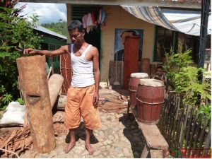 Ja'far Lubis memegang kayu bahan baku pembuat gordang