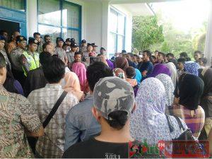Terlihat masyarakat yang kebanyakan Ibu -ibu mendengarkan penjelasan Sekdakab Madina terkait PT. SMGP yang ditolak warga.