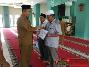 Penyerahan bantaun dari Baznas Madina kepada Gharim  masjid  dan Madrasah di  masjid  Agung Nur 'Ala Nur Panyabungan.