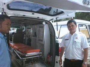 Kepala Dinas Kesehatan Pemkab Madina Drg. Ismail Lubis saat memeriksa kelengkapan mobil Puskesmas.