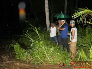 Kepala Dinas PU saat memantau alat berat yang melakukan pengerukan aliran sungai Aek Kitang tadi malam. (Foto : Putra Saima)