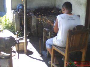 Pengrajin besi di Mandailing Natal sepi orderan dan nyaris gulung tikar.