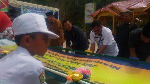 Para Dokter Kecil dan Bupati Drs. Dahlan Hasan, Wakapolres, Kepala BNN serta sejumlah pejabat saat mempraktekkan cara cuci tangan yang baik.