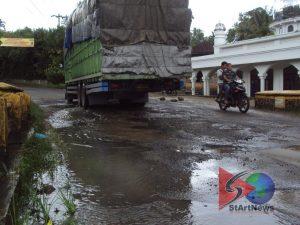 Kondisi Jalan Lintas Sumatra tepatnya di Desa Maga Lombang Kecamatan Lembah Sorik Marapi Mandailing Natal yang hancur perlu pembangunan.