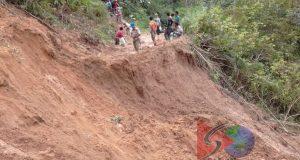 Material Longsor Belum Diangkat, Jalan Pagar Gunung – Batahan  Kembali Abrasi