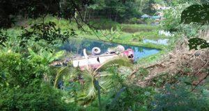 Mobil Tangki Pertamina Terjun Bebas Kolam