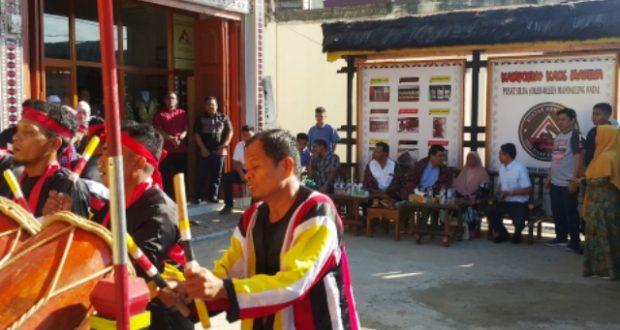 Menantu Presiden Pilih Oleh-oleh dari Kampung Kaos