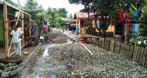 Warga Protes Jalan di Gunung Baringin Dipenuhi Tumpukan Batu Pecah