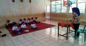 Tidak Punya Mobiler, Anak SDN 297 Madina Belajar di Lantai