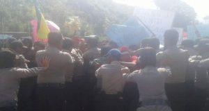 Pengunjuk Rasa Anarkis, Polisi Tembakkan Gas Air Mata