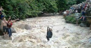 Empat Pelajar Musthafawiah Terjebak di Derasnya Arus Sungai Aek Singolot