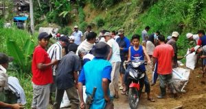 Ratusan Warga Manambin Gotong Royong Perbaiki Jalan yang Rusak