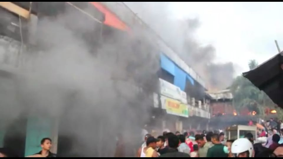 Korban Kebakaran Kios Pasar Baru Panyabungan Bersihkan Sisa-sisa Dagangan