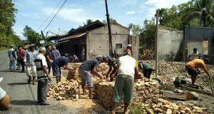 Warga Kotanopan Gotong Royong Perbaiki Rumah yang Terbakar
