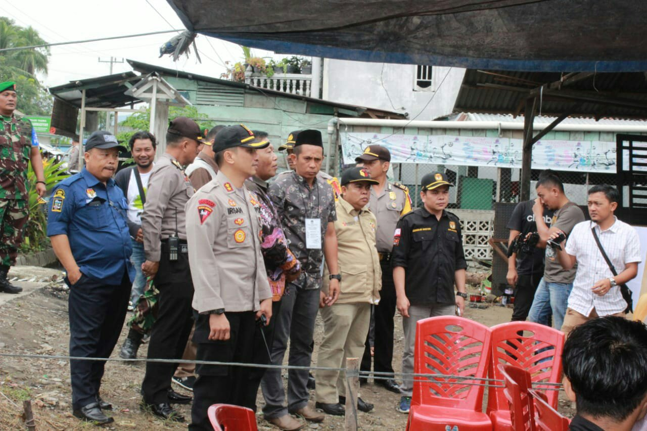 Bupati Madina Drs. H. Dahlan Hasan Nasution bersama Kapolres, TNI, Ketua KPU, Ketua Panwaslih memonitoring pelaksanaan pencoblosan Pilkada Gubsu