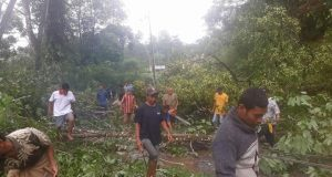 Di Batang Natal, Jalan Tertimbun Longsor, Rumah Terbawa Arus Sungai