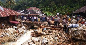 Pemda, Polisi, TNI Bersihkan Sisa Banjir Bandang Muara Saladi
