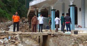 Komisi VIII DPR RI Sambangi Korban Banjir Bandang, Marwan Dasopang Beri Bantuan
