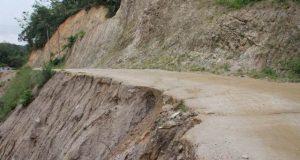 Terkikis Air Hujan, Jalan ke Panyabungan Timur Terancam Putus