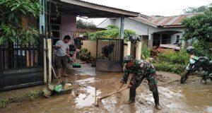 Anggota Koramil 13 Panyabungan Bantu Warga Bersihkan Sisa banjir