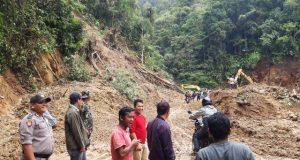 Jalan Provinsi di Tano Bato Masih Tertutup Longsor