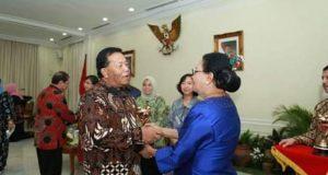 Menteri Serahkan Penghargaan APE Buat Madina