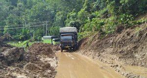 Onggokan Material Longsor di Jalan Nasional Muaramais Belum Dibersihkan
