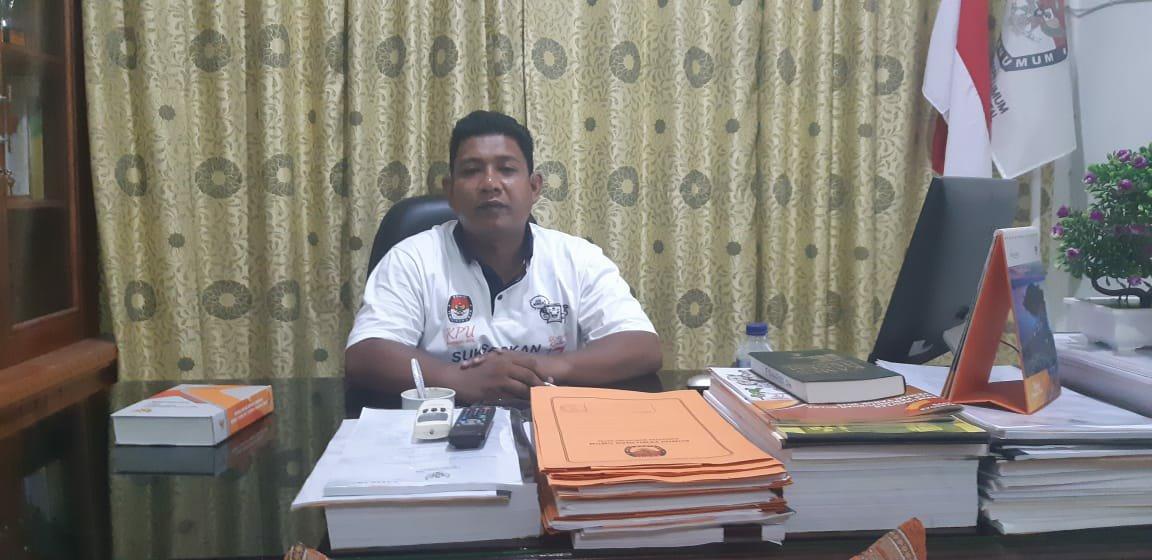 Foto : Ketua KPU Madina, Fadhillah Syarief, SH saat dikonfirmasi wartawan diruang kerjanya, sabtu (20/4) malam.