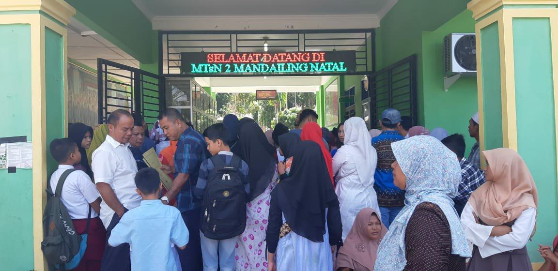 Foto : Hari pertama pembukaan pendaftaran, MTsN Panyabungan terlihat ramai sejak pagi, rabu (8/5).
