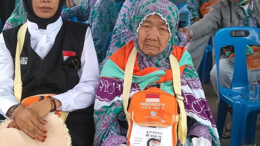 Tangis Kerinduan Nenek Siti Pecah Setiba di Madina