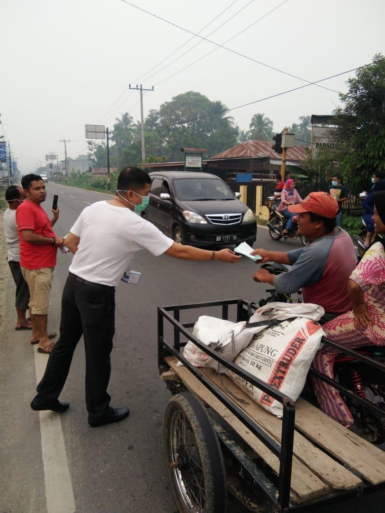 Kabut Asap Makin Tebal,  Ketua Sementara DPRD Madina Bagi-bagi Masker