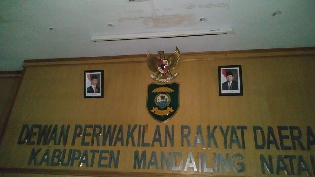 Belum Diganti, Foto Jokowi dan Jussuf Kalla di DPRD Madina Jadi Sorotan