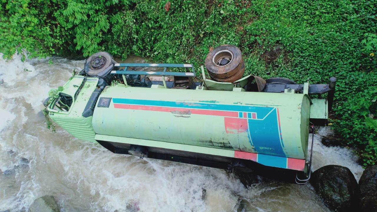 Truk Pengakut CPO Terjun ke Sungai di Madina, Sopir Tewas