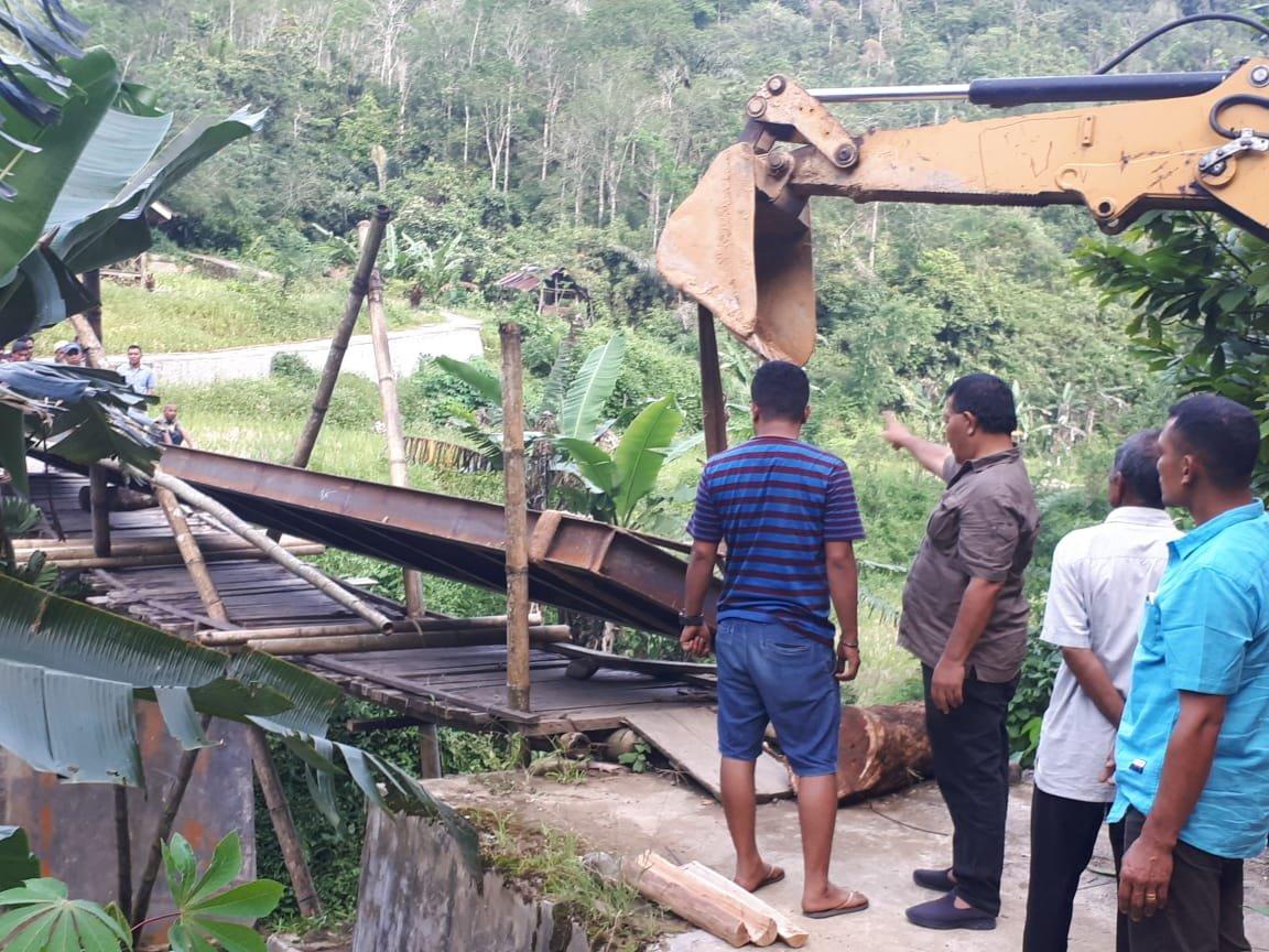 Bupati Tinjau Langsung Perbaikan Jembatan di Batang Natal
