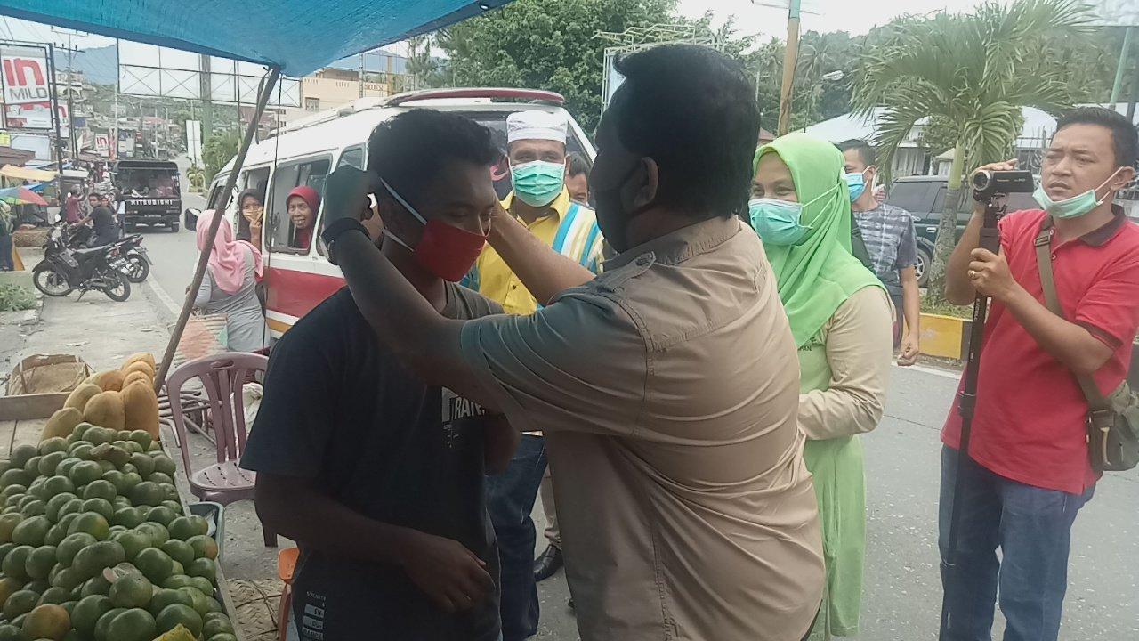 Bupati Madina Bagi-Bagi Masker di Kotanopan