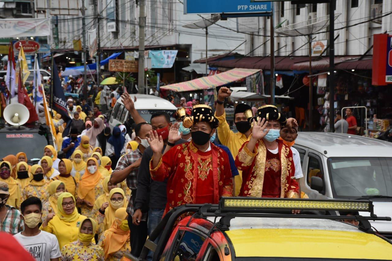 Daftar ke KPU, Pasangan Dahlan-Aswin Memakai Pakaian Adat Mandailing