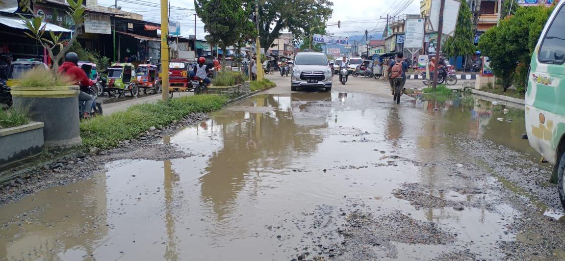 Jalan di Depan SPBU Pasar Baru Panyabungan Sering Banjir, Warga Minta Balai Perbaiki Drainase